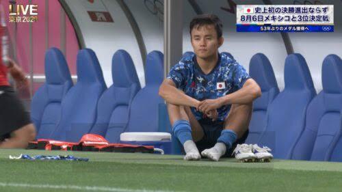 サッカー準決勝でスペインに敗退、うなだれる久保選手の隣に、あのブランドが!?